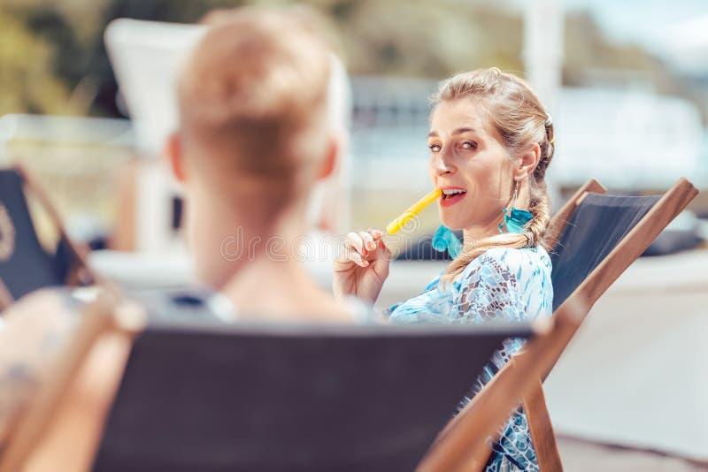 Mujer en la playa que come el polo fotos de archivo libres de regalías
