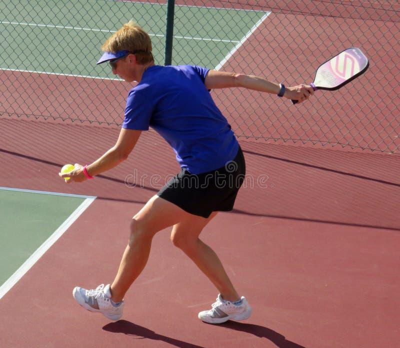 Mujer en la porción azul en el torneo de Pickleball fotos de archivo libres de regalías