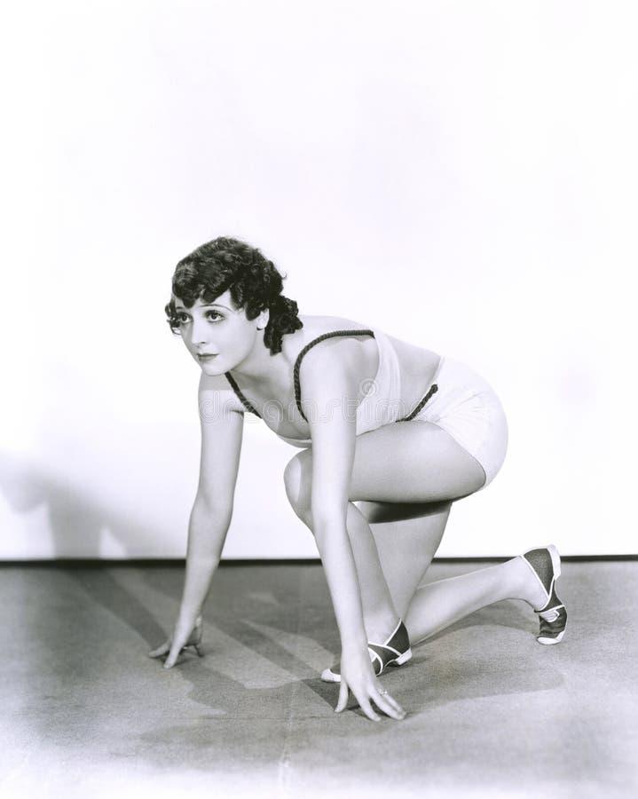 Mujer en la posición de salida imagen de archivo libre de regalías