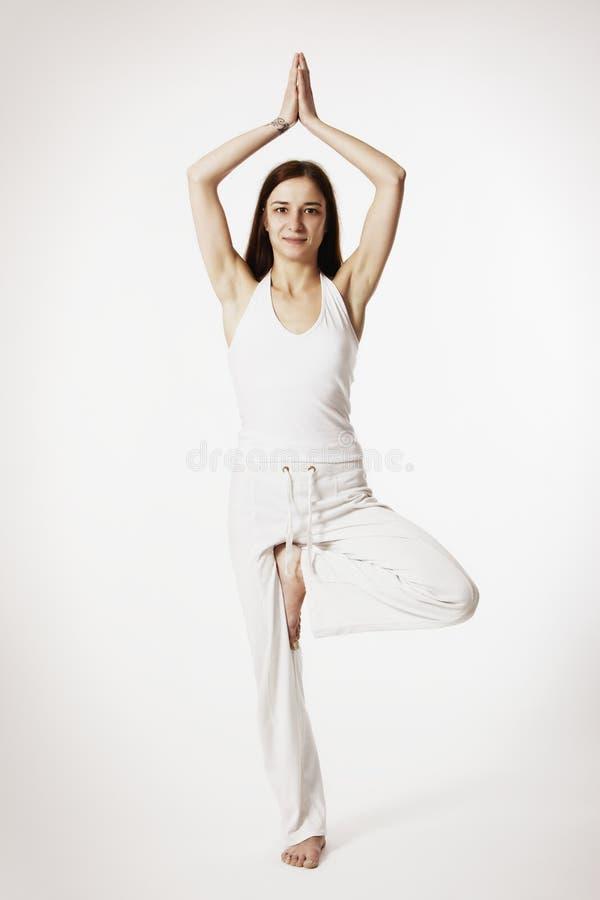 Mujer En La Postura De La Yoga Del árbol (Vrikshasana) Imagen de archivo