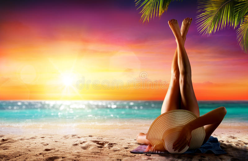 Mujer en la relajación en la playa tropical imágenes de archivo libres de regalías