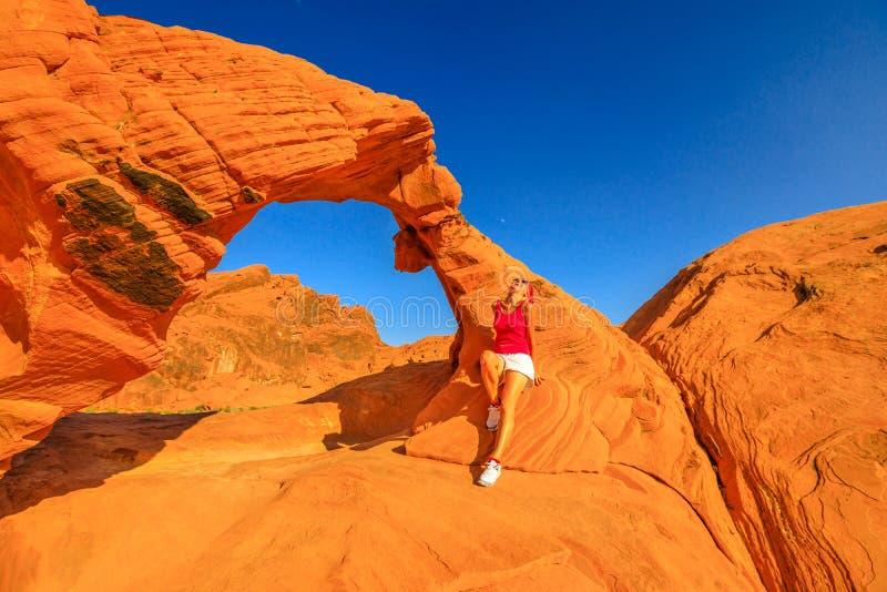 Mujer en la roca del arco imágenes de archivo libres de regalías