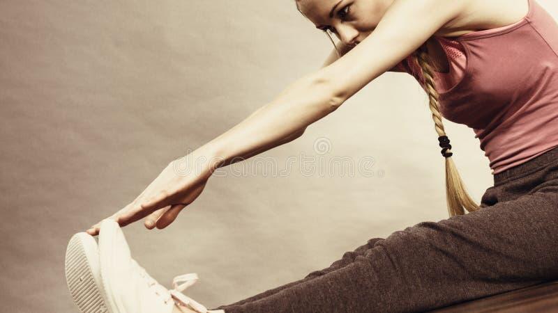 Download Mujer En La Ropa De Deportes Que Se Sienta En La Tierra Imagen de archivo - Imagen de relaxing, aptitud: 100526439