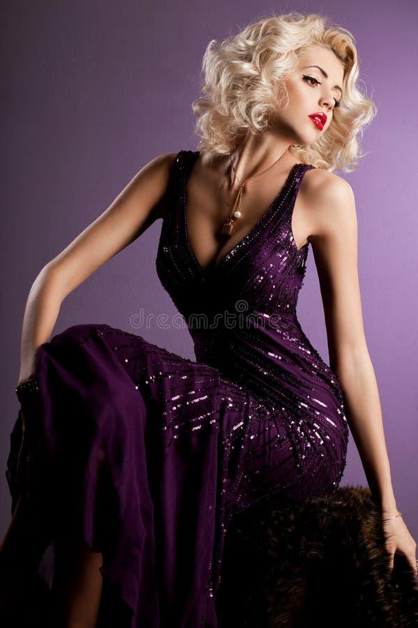 mujer en la ropa violeta imágenes de archivo libres de regalías