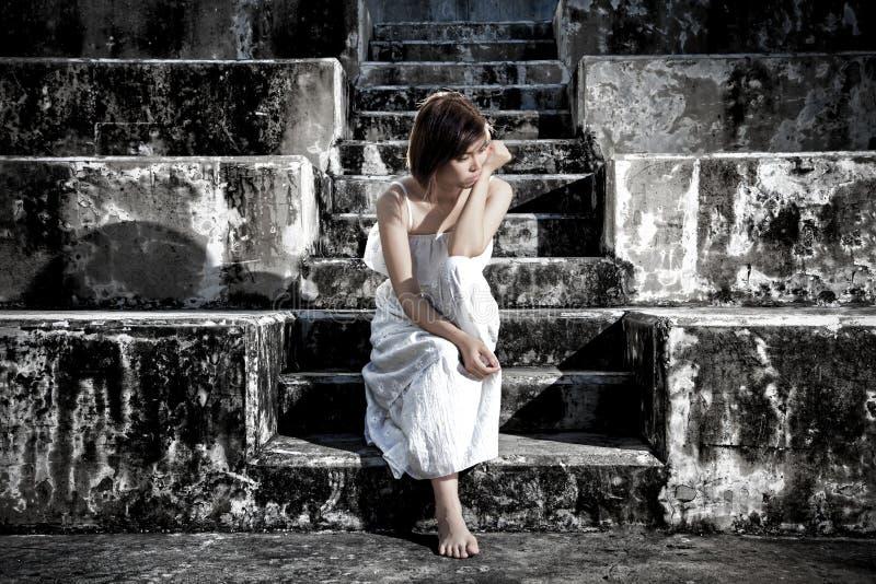 mujer en la sentada deprimida frustrada en las escaleras, el griterío y el cont imagenes de archivo