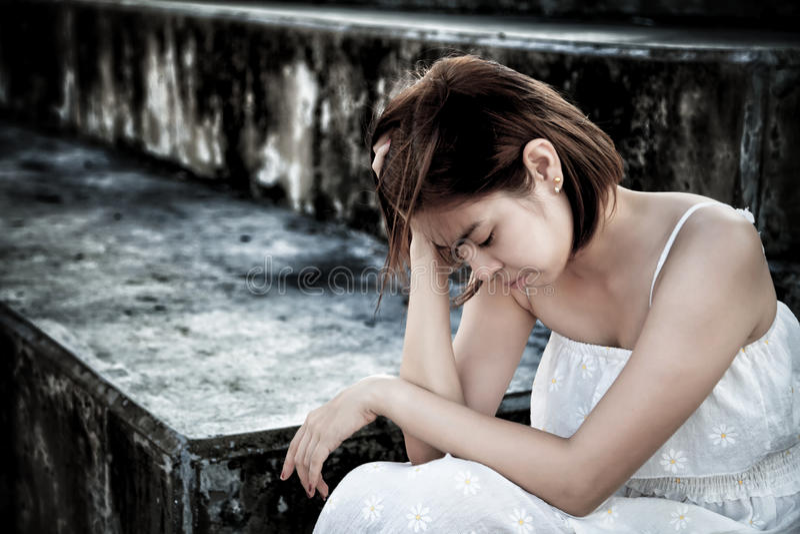 mujer en la sentada deprimida frustrada en las escaleras, el griterío y el cont fotografía de archivo libre de regalías