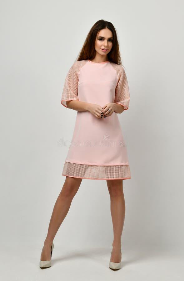 Mujer en la situación rosada del vestido del invierno del color en colores pastel imagen de archivo