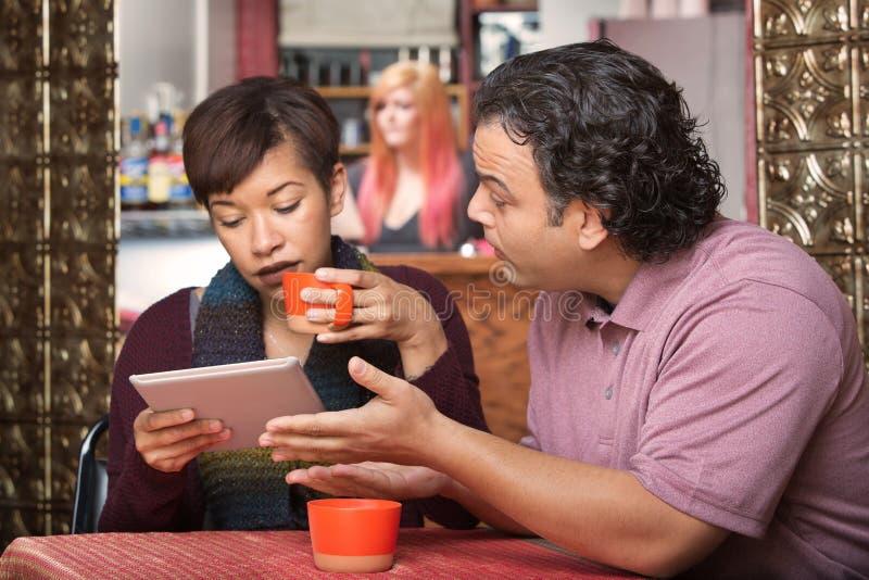 Mujer en la tableta que ignora al hombre imagen de archivo libre de regalías