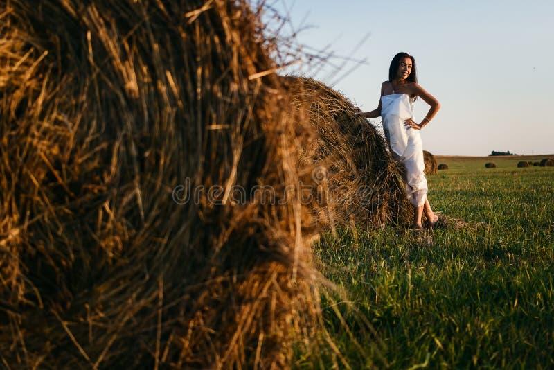 Mujer en la tela blanca en el campo fotografía de archivo