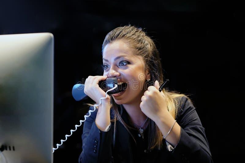 Mujer en la tensión delante del ordenador imagenes de archivo