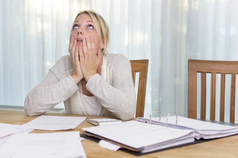 Mujer en la tensión financiera imagen de archivo libre de regalías
