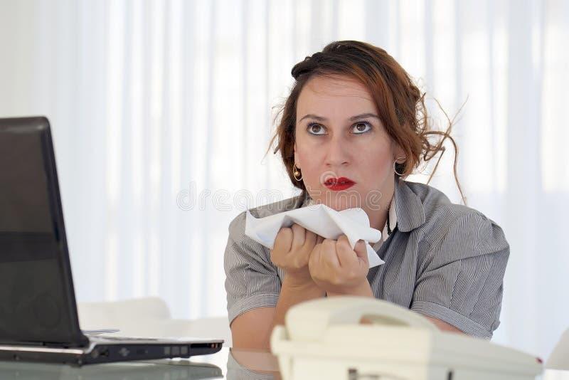 Mujer en la tensi?n delante del ordenador imagenes de archivo