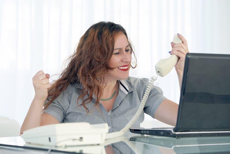 Mujer en la tensi?n delante del ordenador imágenes de archivo libres de regalías