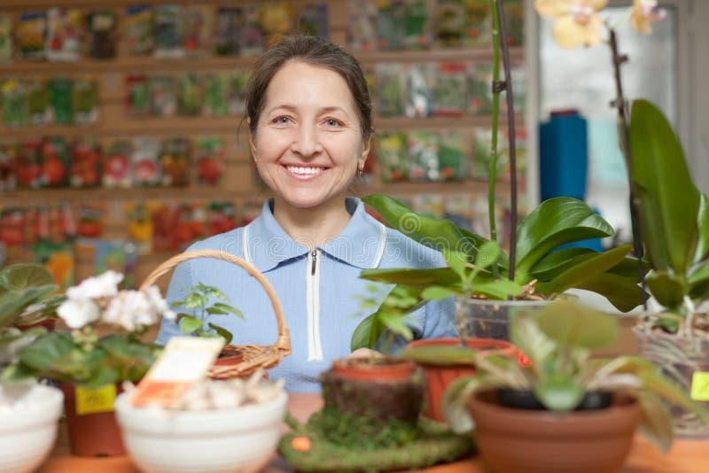 Mujer en la tienda para los jardineros foto de archivo