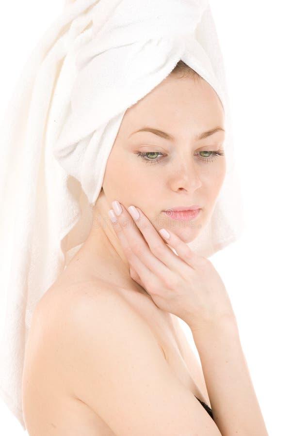 Mujer en la toalla blanca foto de archivo