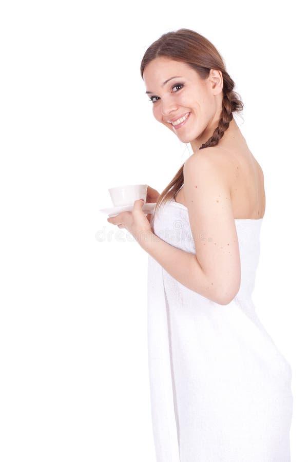 Mujer en la toalla blanca con la taza de café fotos de archivo