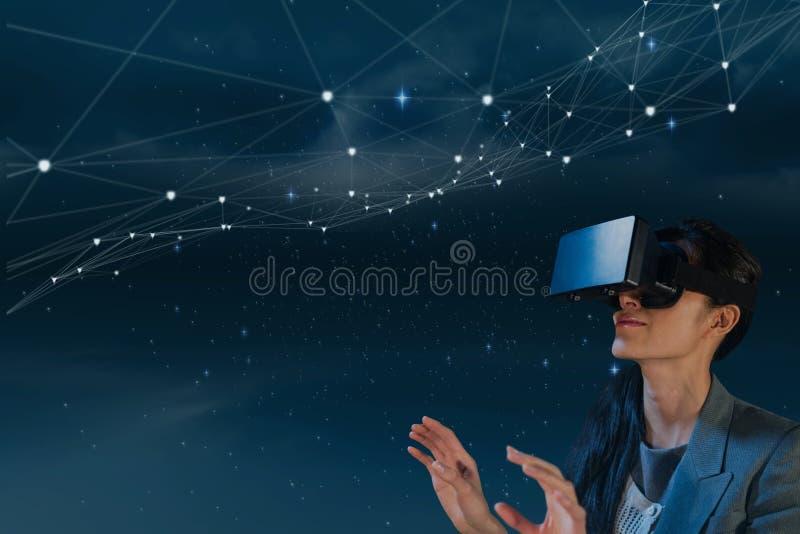 Mujer en las auriculares de VR que miran las estrellas contra fondo azul imágenes de archivo libres de regalías