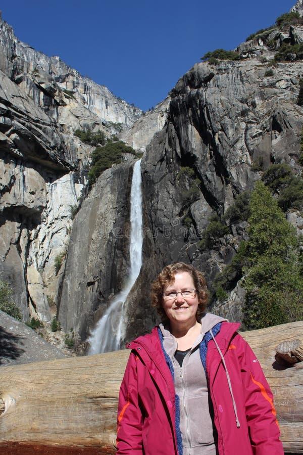Mujer en las cataratas de Yosemite California los E.E.U.U. foto de archivo libre de regalías
