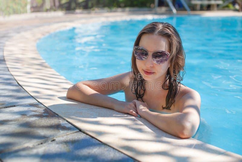 Mujer en las gafas de sol que se relajan en la piscina Primaveras minerales Vietnam, Nha Trang fotografía de archivo