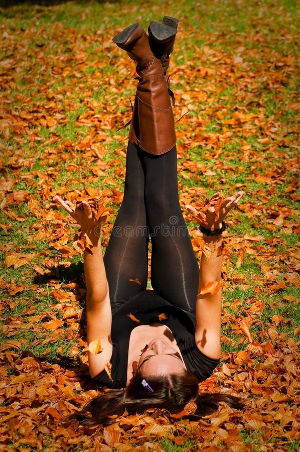 Mujer en las hojas fotografía de archivo