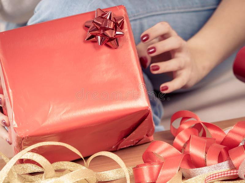 Mujer en las manos que preparan los regalos de la Navidad imagen de archivo