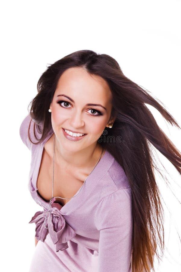 Mujer en lila con un pelo hermoso largo imagen de archivo libre de regalías
