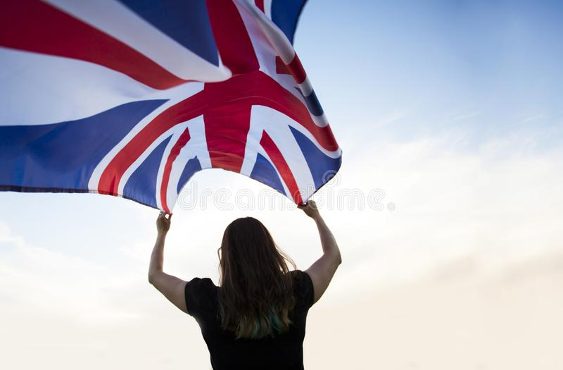 Mujer en Londres con una bandera fotos de archivo libres de regalías