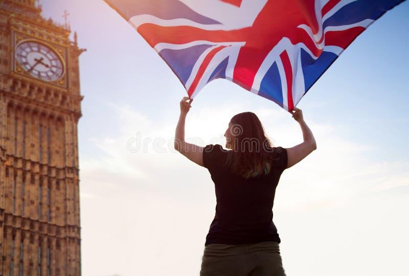 Mujer en Londres con una bandera imagen de archivo libre de regalías