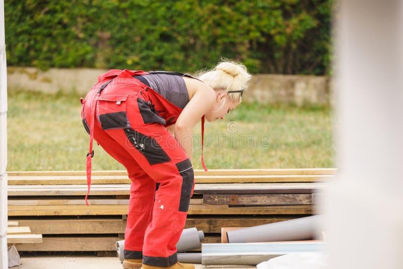 Mujer en los overoles que trabajan en emplazamiento de la obra fotos de archivo libres de regalías