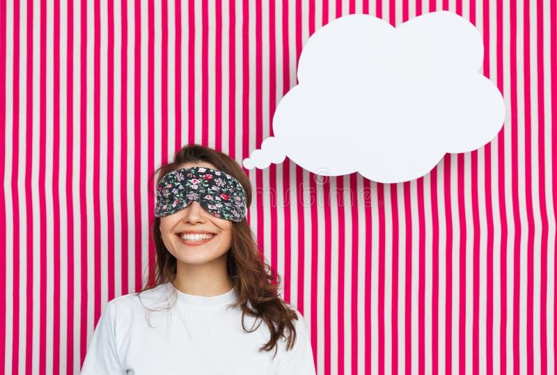 Mujer en máscara el dormir con la burbuja del discurso imagen de archivo