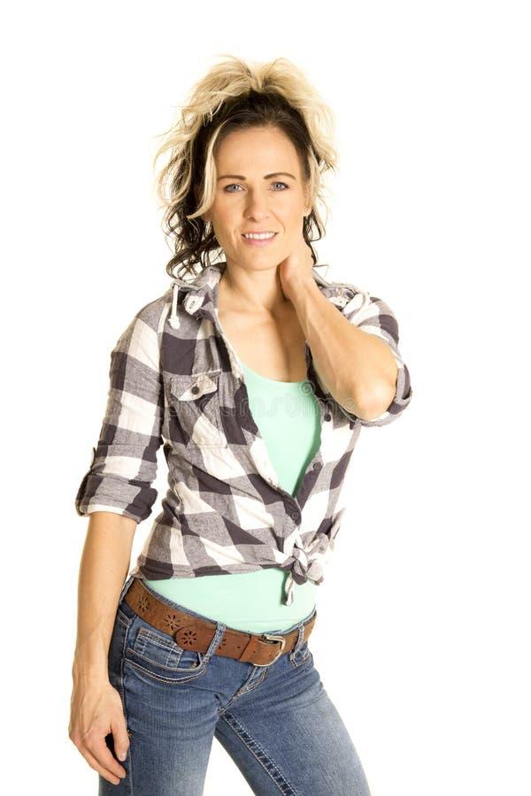 Mujer en mano de la camisa de tela escocesa en sonrisa del cuello fotografía de archivo libre de regalías