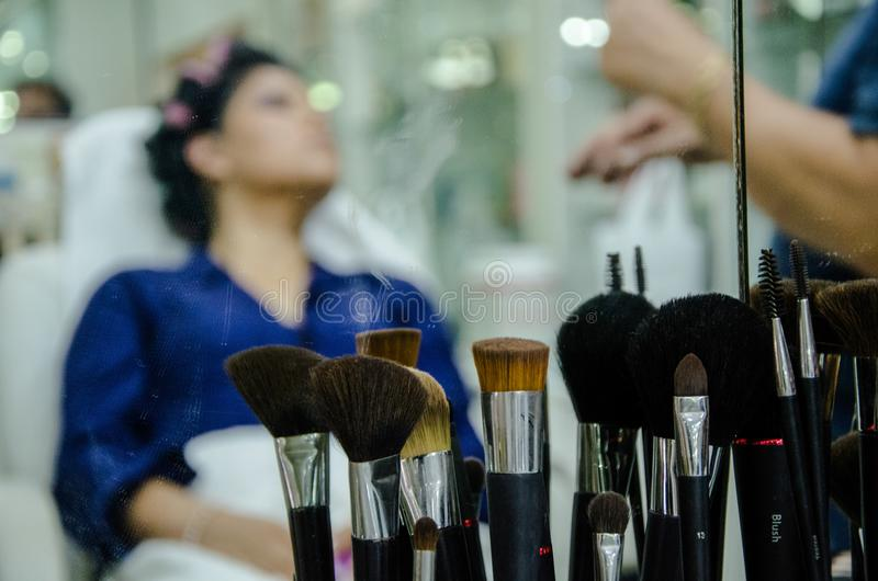Mujer en maquillaje fotos de archivo