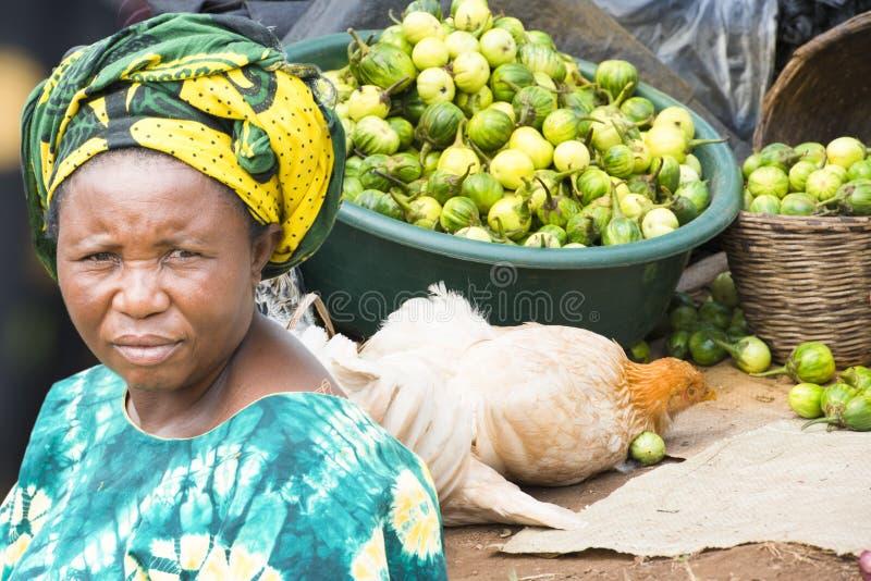 Mujer en mercado en Uganda foto de archivo