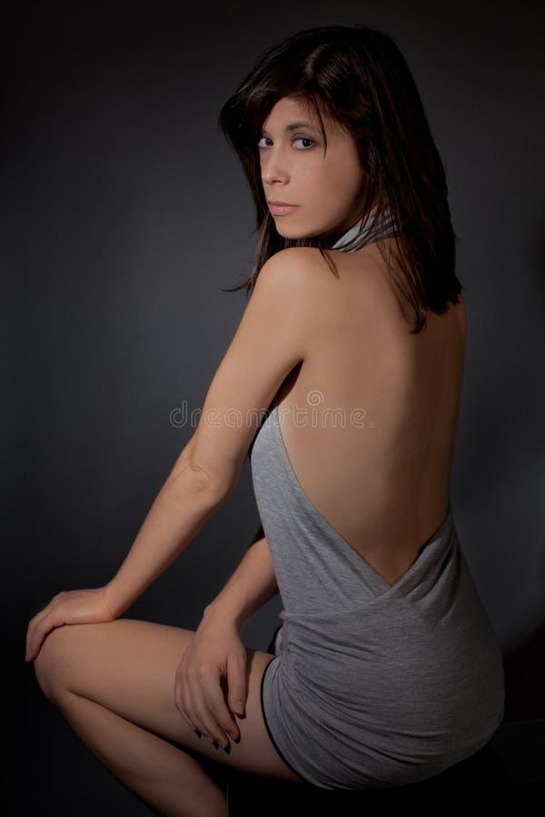 Mujer en Mini Dress muy escotado por detrás foto de archivo