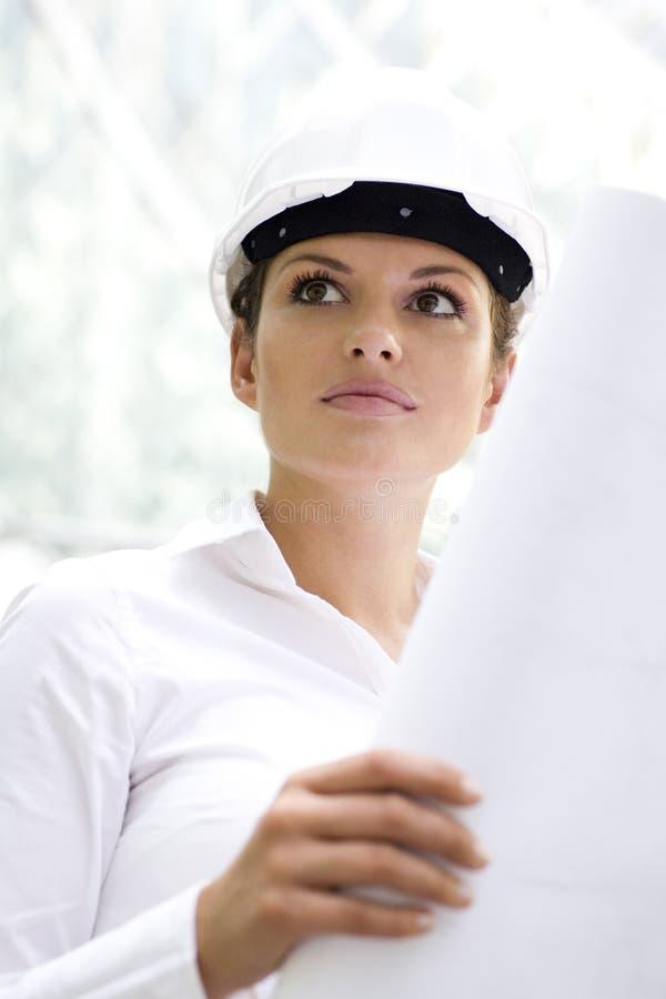 Mujer en modelos de la explotación agrícola del sombrero duro foto de archivo