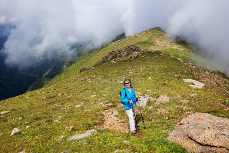 Mujer en montañas imagen de archivo