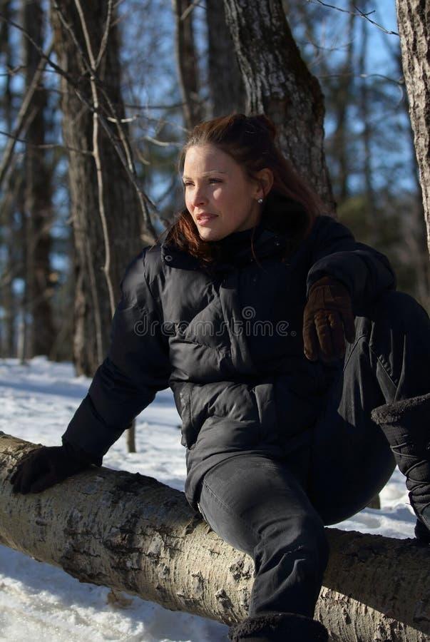 Mujer en naturaleza durante invierno imagenes de archivo