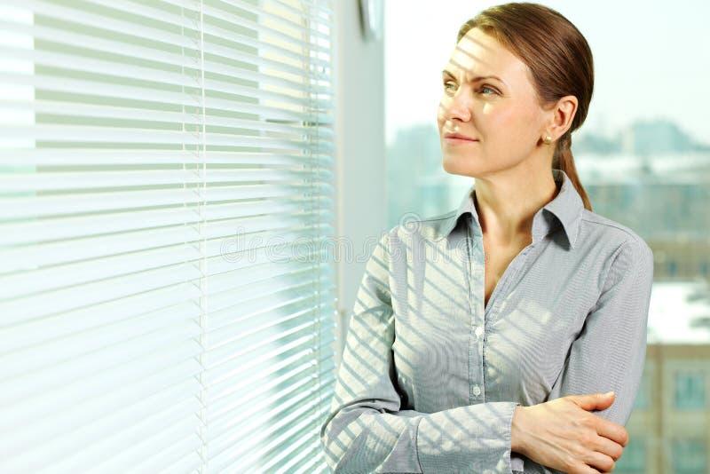 Mujer en oficina foto de archivo libre de regalías