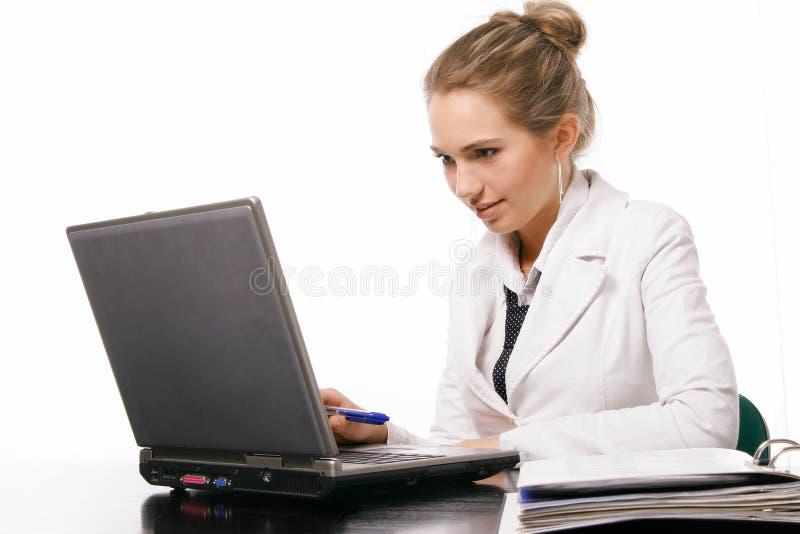 Mujer en oficina en el fondo blanco imagenes de archivo
