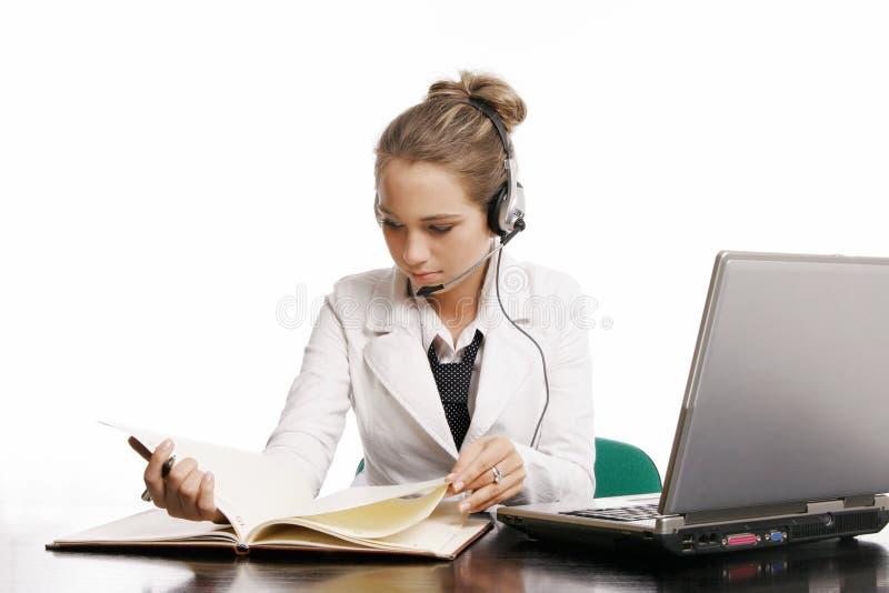 Mujer en oficina en el fondo blanco imagen de archivo libre de regalías