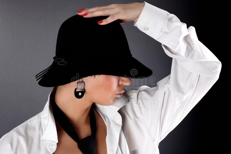 Mujer en ojo de ocultación del sombrero fotos de archivo