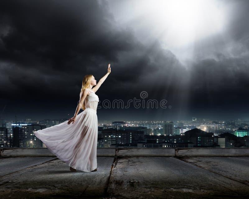 Mujer en oscuridad imagen de archivo
