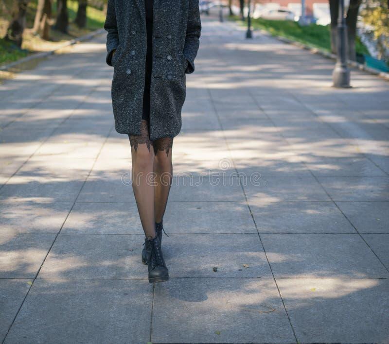 Mujer en otoño de la capa en la calle foto de archivo