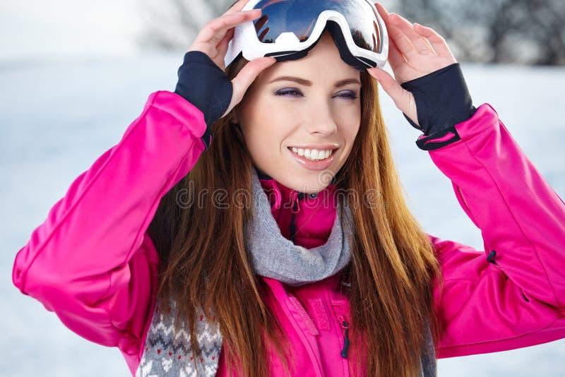 Mujer en paisaje del invierno fotos de archivo libres de regalías