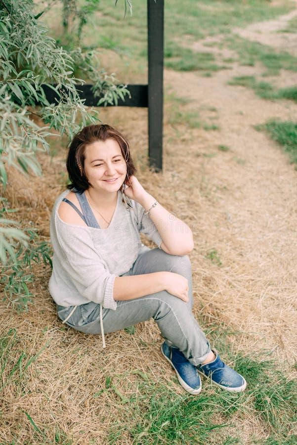 Mujer en pantalones al aire libre foto de archivo libre de regalías