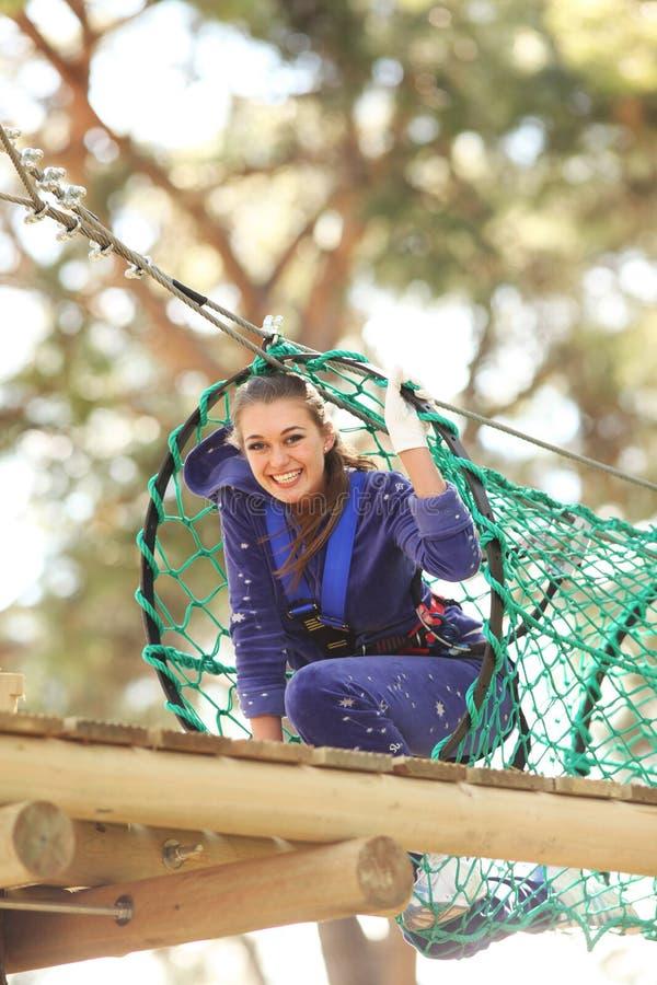 Mujer en parque de la aventura imagen de archivo libre de regalías