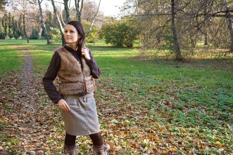 Mujer en parque del otoño fotos de archivo