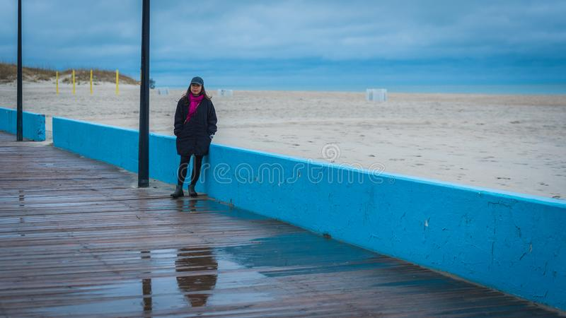 Mujer en paseo marítimo fotografía de archivo