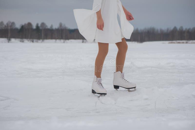 Mujer en patines imagen de archivo libre de regalías