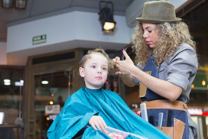 Mujer en pelo del muchacho del corte del sombrero fotografía de archivo libre de regalías